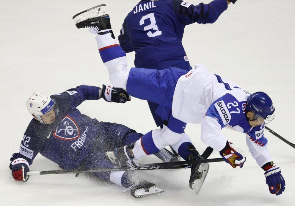 e0667a9c841dd Slovenský útočník Ladislav Nagy v súboji s Francúzmi počas zápasu na MS v hokeji  2019.