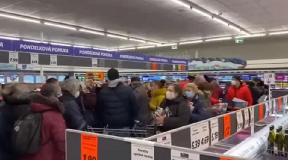 Video: Slováci ako šialení nakupovali respirátory! Nejaké opatrenia ako by neexistovali
