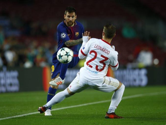 Leonardo Koutris z Olympiakosu Pireus sa snaží zastaviť hviezdneho Lionela Messiho z FC Barcelona počas zápasu Ligy majstrov. Barcelona, 18. október 2017.