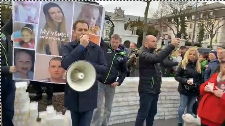 Video: Matovič kritizoval na proteste pred úradom vládystav zdravotníctva, Pellegrini reagoval