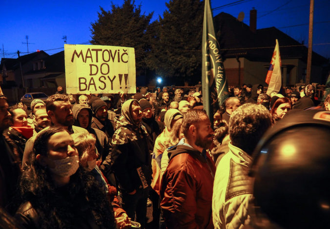 Priaznivci strany Kotlebovci ĽSNS počas protestu s názvom Čaj u Matoviča proti vláde Igora Matoviča pred domom predsedu vlády SR v Trnave. Trnava, 28. november 2020. Foto: SITA/Pavol Machovič