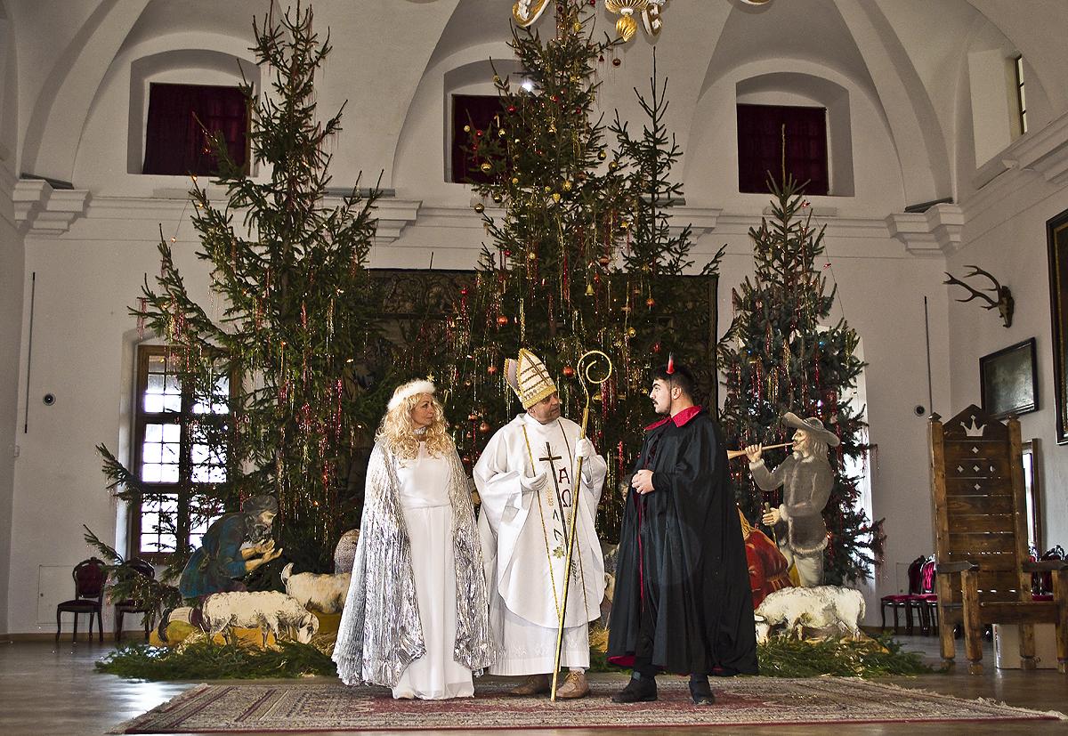 Mikuláš potešil deti a otvoril Vianoce na zámku