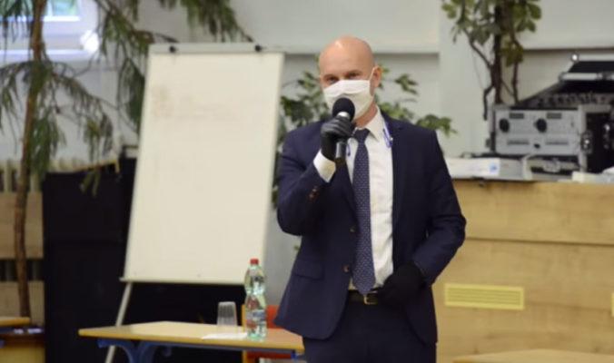 Gröhling poslal členom krízového štábu plán na návrat žiakov do škôl