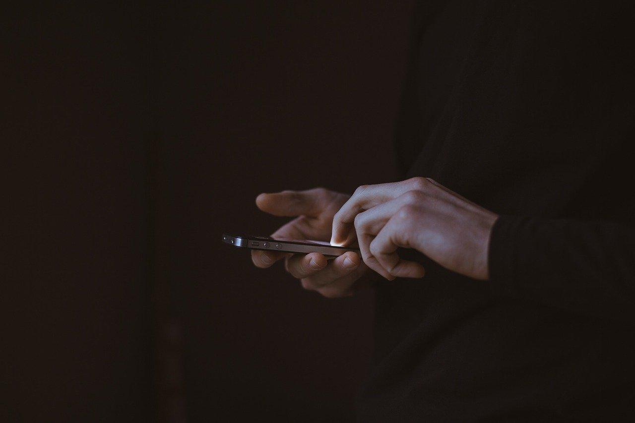 Máte vo zvyku spať s mobilným telefónom na nočnom stolíku? Zabudnite na to!