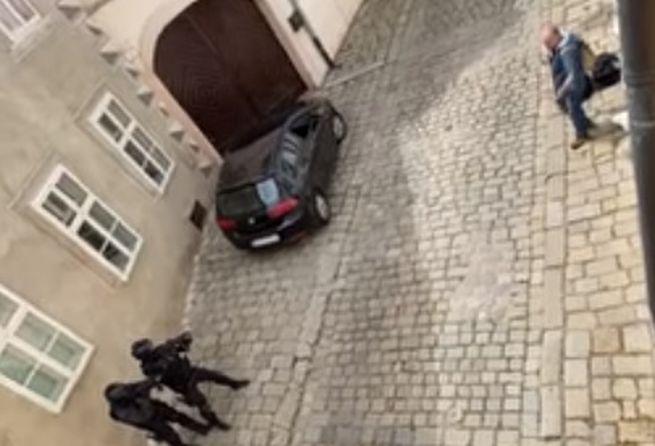 Nekop ho, točia to. Video zachytáva zásah policajtov voči mužovi s nožom v centre Bratislavy