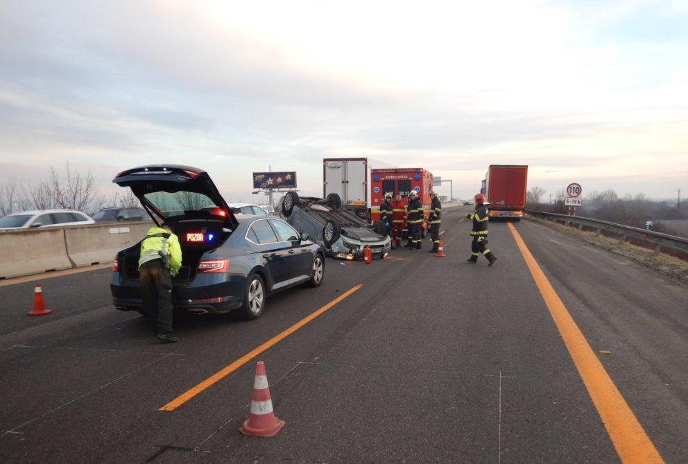 Foto: Na D1 sa zrazil Opel s nákladiakom, polícia pokutovala aj okoloidúcich zvedavých šoférov