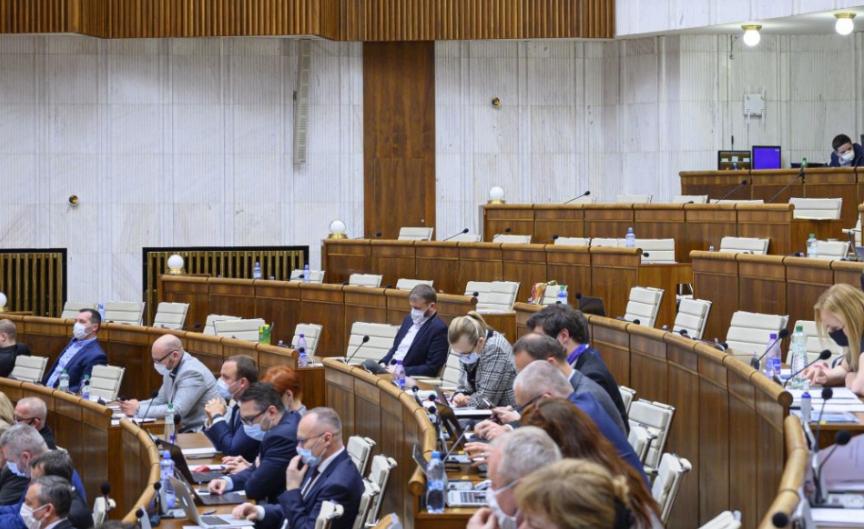 Parlament schválil balík zmien súvisiaci s druhou vlnou pandémie