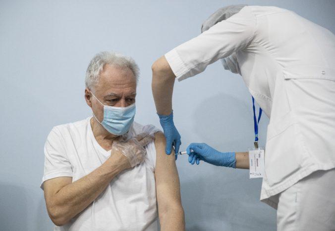 Očkovacia stratégia sa mení. Kto sa môže hlásiť, akú vakcínu proti COVID-19 dostane a ďalšie praktické rady