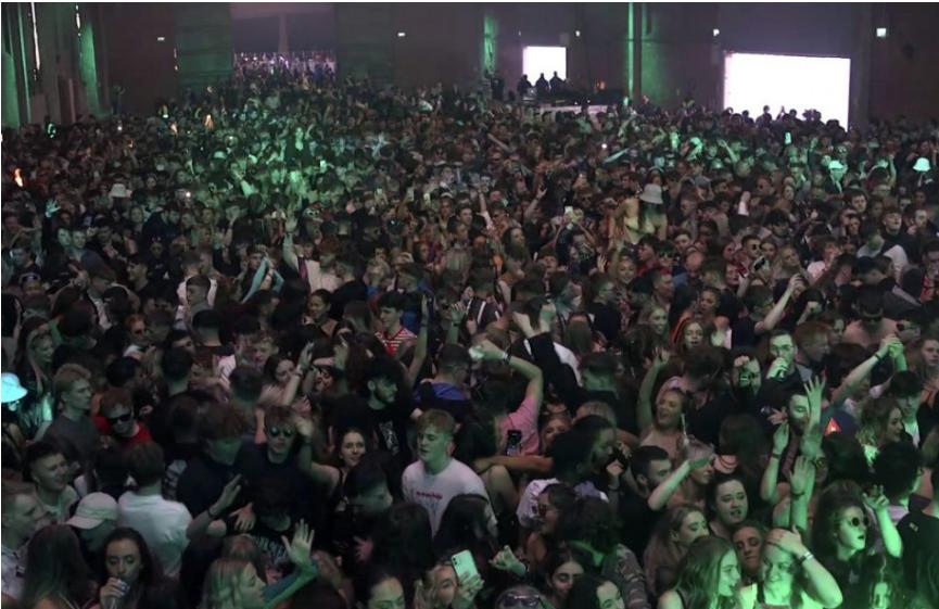 Približne 3000 ľudí sa zúčastnilo na legálnej tanečnej párty v nočnom klube v anglickom meste Liverpool.
