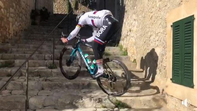 Video: Ísť hore po schodoch na bicykli? Pre Petra Sagana žiadny problém