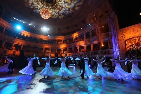 Slávnostný valčík počas 13. Plesu v opere. Bratislava, 12. január 2013.