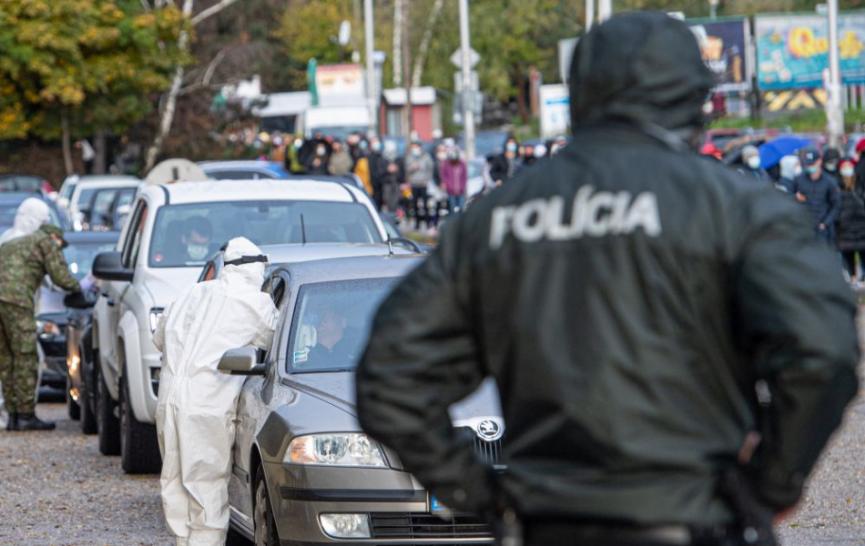 Pred nástupom do služby bolo pozitívne testovaných viacero policajtov.