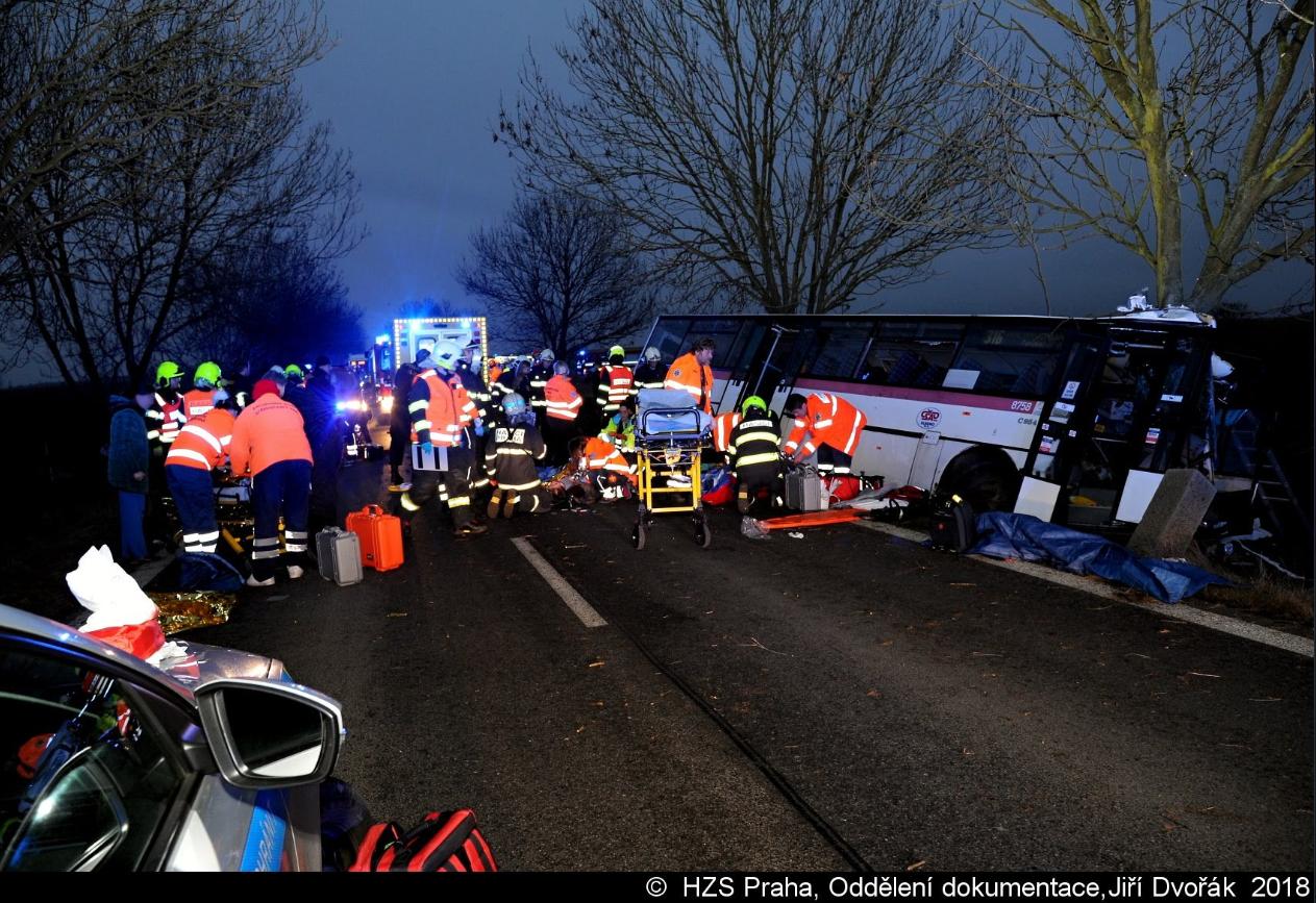 FOTO: Pri Prahe havaroval autobus, traja mŕtvi a najmenej 30 zranených