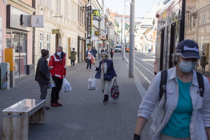 Denný nárast preukázaných prípadov choroby COVID-19 v Česku sa vrátil nad 8000, v pondelok pribudlo 8076 nakazených. Je to najvyšší nárast v prvom pracovnom dni týždňa od začiatku epidémie. Predchádzajúci pondelok bolo o takmer 3800 prípadov menej, informoval v utorok spravodajský server Novinky.cz.