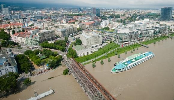 Letecký pohľad na zaplavené oblasti dunajského nábrežia počas kontrolného letu vrtuľníkom letky Ministerstva vnútra SR za účasti predsedu vlády SR. Bratislava, 4. jún 2013.