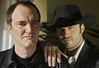 Režiséri Quentin Tarantino a Robert Rodriguez pózujú pri príležitosti uvedenia ich dvojfilmu Grindhouse, 23. marca 2007 v Los Angeles.Foto: SITA/AP