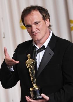 Quentin Tarantino pózuje s Oscarom, ktorého získal v kategórii Najlepší pôvodný scenár za film Divoký Django, 24. februára 2013 v Los Angeles. Foto: SITA/AP