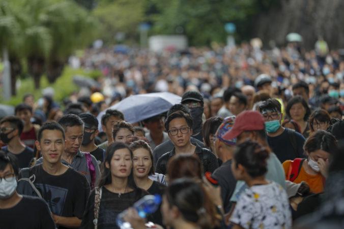 Na Čínu sa valí vlna kritiky pre prijatý zákon, ktorým ohrozuje autonómiu Honkongu
