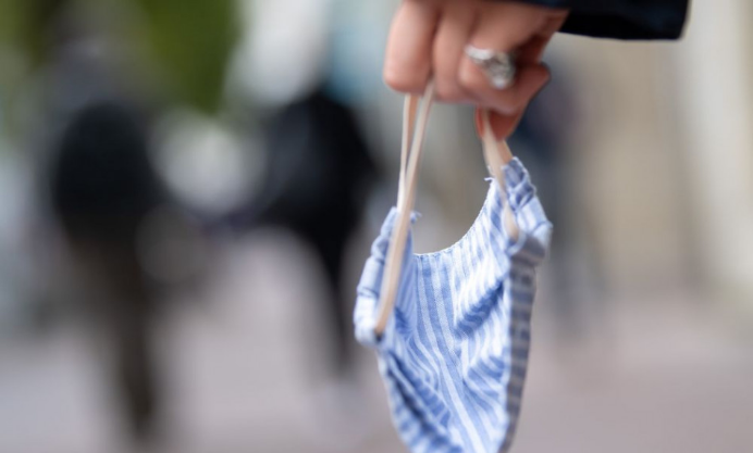WHO: Zaočkovaní ľudia by mali nosiť rúška tam, kde sa vírus šíri