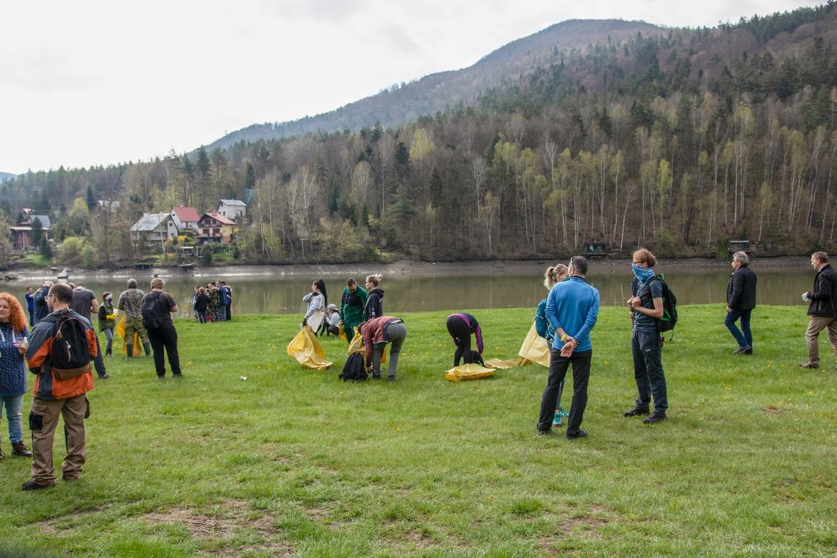 Prvomájového čistenia vodnej nádrže Ružín sa zúčastnilo 180 brigádnikov. Odpadu majú zabrániť aj nové technológie