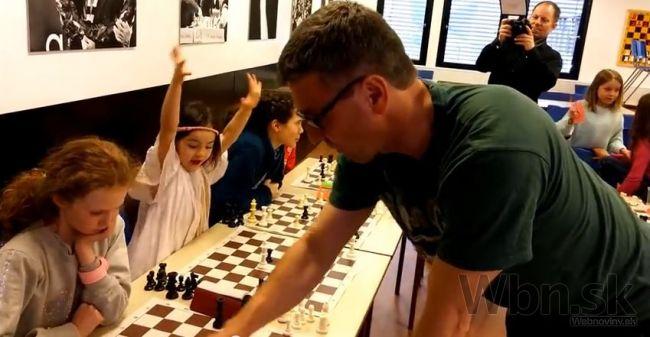 Video: Šesťročné dievčatko boduje, vysmialo šachového majstra