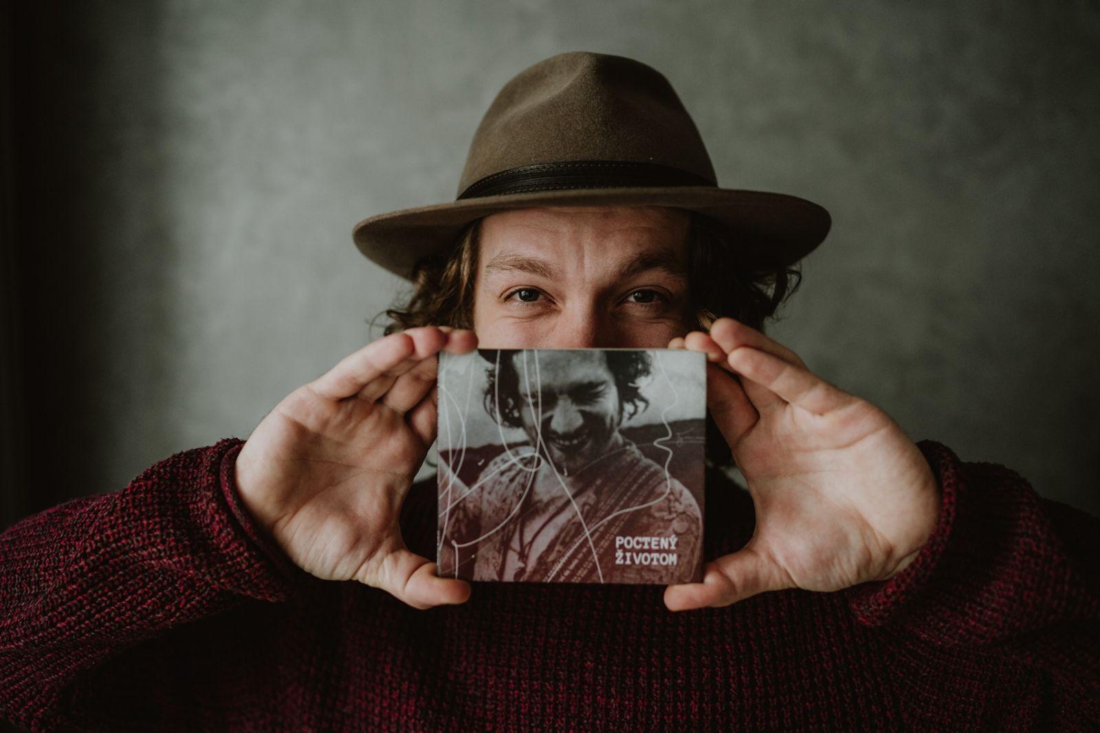 Peter Juhás vydal prvý autorský album s názvom Poctený životom. Pokrstí ho Jana Kirschner