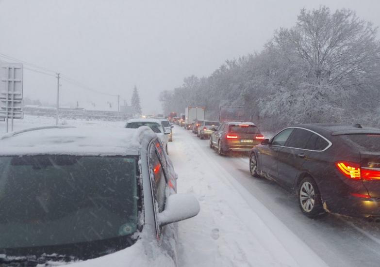 Situáciu na Slovensku komplikuje sneh, vietor aj poľadovica