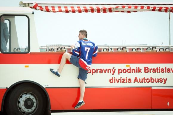 Strieborných chlapcov vezie po Bratislave štýlový autobus