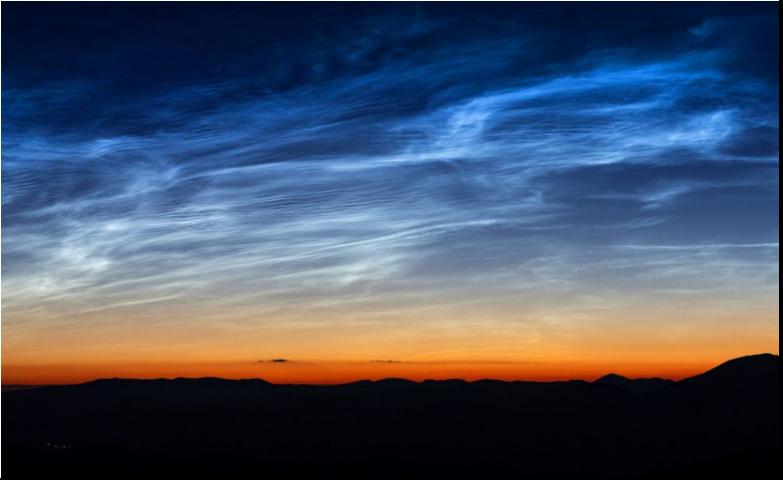 Nočnú oblohu nad Českom rozsvecujú záhadné svietiace oblaky