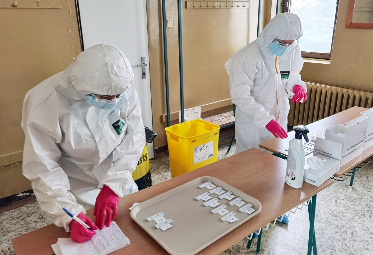 Koronavírus: Za nedeľu pribudlo 81 úmrtí. Počet hospitalizovaných prekročilo hranicu 4 000.