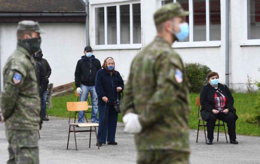 Vláda schválila vyčlenenie 5000 vojakov na pomoc s testovaním