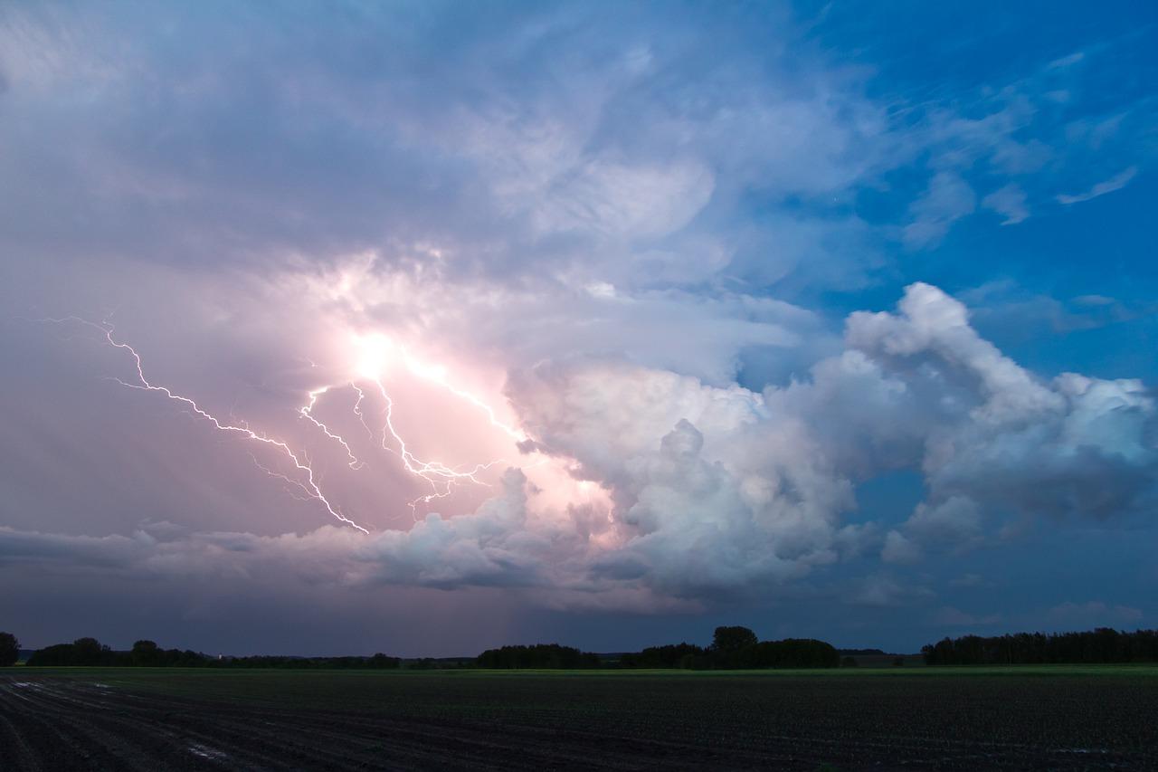 Búrky hrozia na Slovensku aj v pondelok, pre tri kraje je vydaná vyššia výstraha druhého stupňa