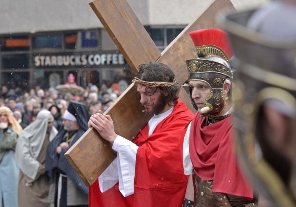 V nemeckom meste Wuppertal sa konala tradičná Krížová cesta, ktorou si veriaci pripomínajú ukrižovanie Ježiša Krista rímskymi vojakmi.Foto: SITA/AP