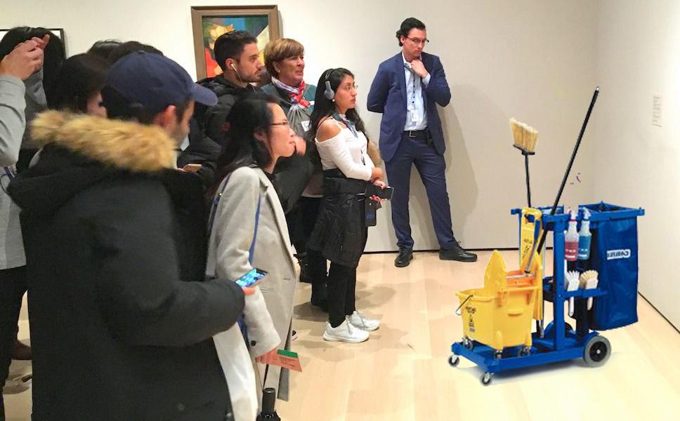 Upratovačka zabudla vozík s čistiacimi prostriedkami v Národnej galérií v Prahe, ľudia ho považovali za súčasť výstavy