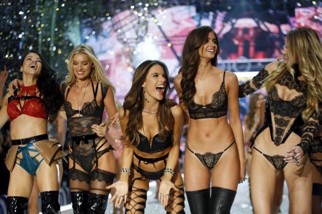 Video: Sexi anjelikovia žiarili na šou Victoria's Secret 2016