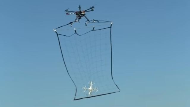 Video: Policajti chytajú drony do siete iným dronom