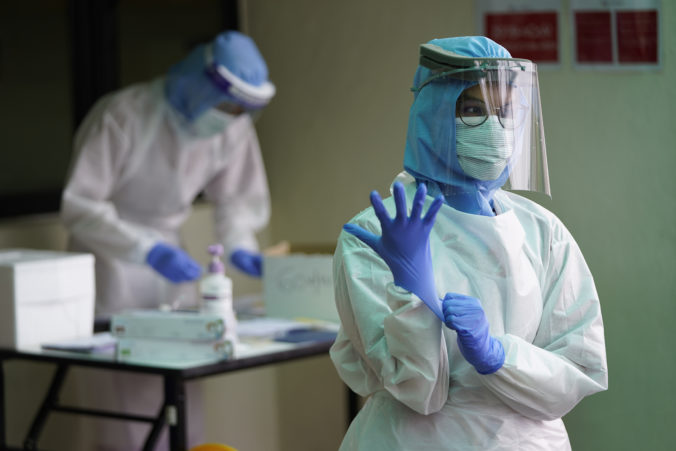 Piata dodávka pomôcok od J&T a EPH dorazila na Slovensko, doviezla respirátory aj ochranné obleky