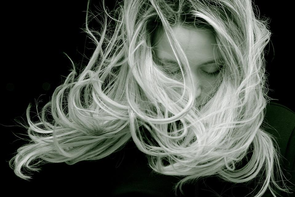 Prečo by ste sa mali zamyslieť nad svojou každodennou vlasovou starostlivosťou