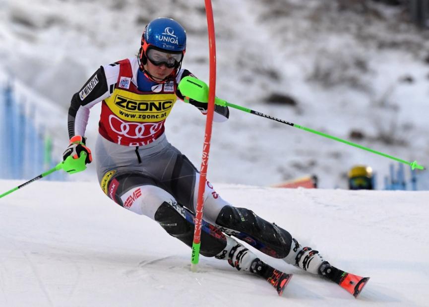 Petra Vlhová a Michelle Gisinová s rovnakým časom zdieľajú prvenstvo po prvom kole slalomu Svetového pohára vo fínskom Levi. Mikaela Shiffrinová je štvrtá s mankom 0,37 sekundy. Na trati sú ešte pretekárky s nižšími štartovými číslami. Druhé kolo je na programe o 13.15 h.