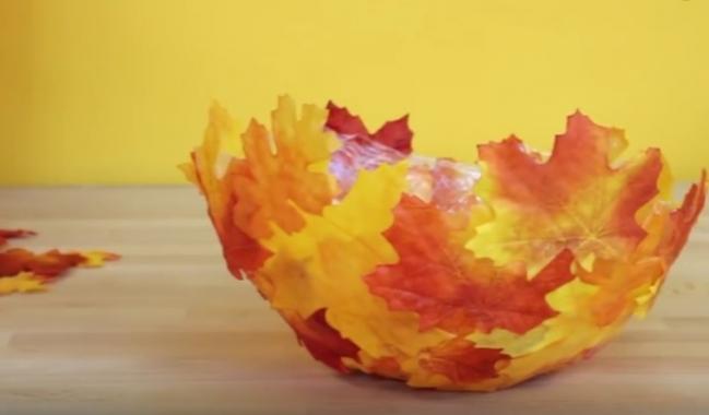 Vyrobte si krásnu misku z farebných jesenných listov