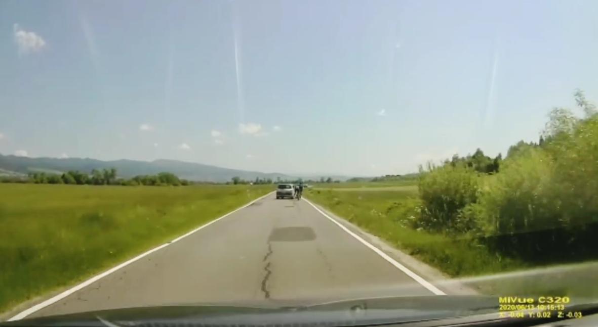 Video: Mladý 18-ročný agresívny šofér úmyselne zrazil dvoch cyklistov na ceste pod Tatrami