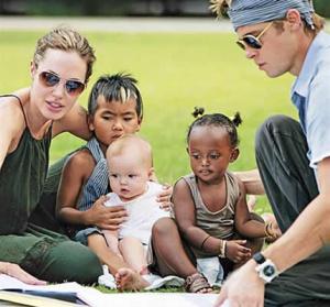 Brad pitt a angelina jolie venovali milión dolárov deťom vojny