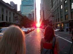 manhattanhenge rozziaril ulice new york