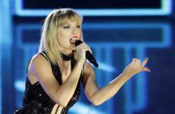people_taylor_swift_fan_visit_07090 17931779d6f34e3ea6b7c0f1d8a63f02 640x420